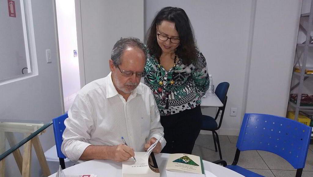 Jales autografa seus livros para a biblioteca da FacCidade