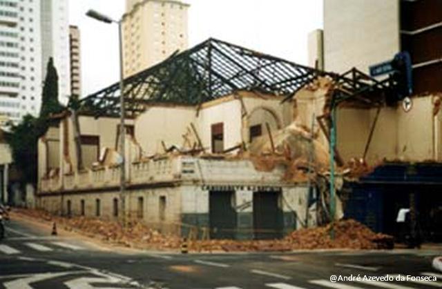 Na manhã de domingo, dia 15 de dezembro de 2002, o 2º piso já estava praticamente em ruína