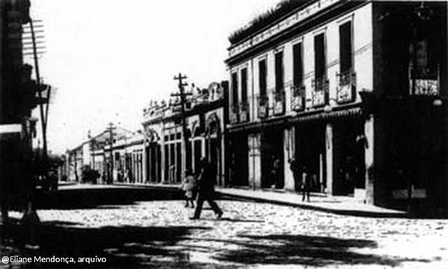 Rua Manoel Borges, em foto da primeira metade do século XX. À direita, a loja Notre Dame de Paris (antiga casa de Major Eustáquio), demolida para a construção do Hotel Chaves. O prédio seguinte é o cine Politeana, também demolido. Hoje o terreno abriga um galpão abandonado, onde há alguns anos funcionava uma filial das Lojas Brasileiras