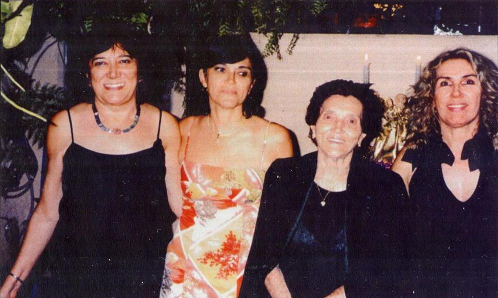 Oda Carvalho Machado com as filhas Laís, Gláucia e Heloísa