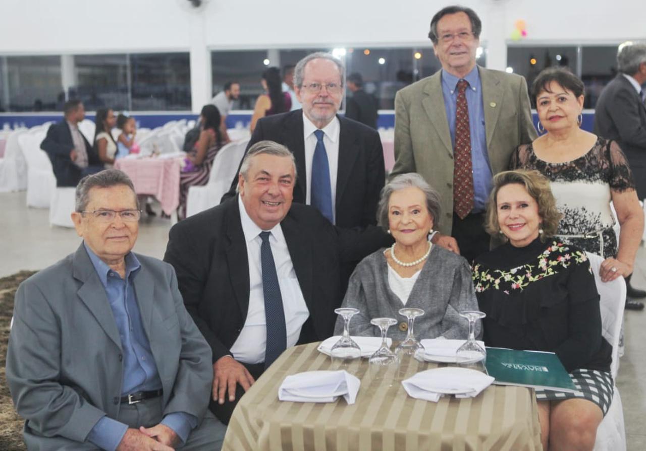 Maria Luíza com os filhos e o deputado federal eleito José Mário Schreiner, também homenageado
